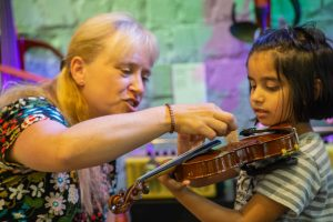 Girl+being+taught+violin+at+Yamaha+Music+London+Learn+to+Play+Day