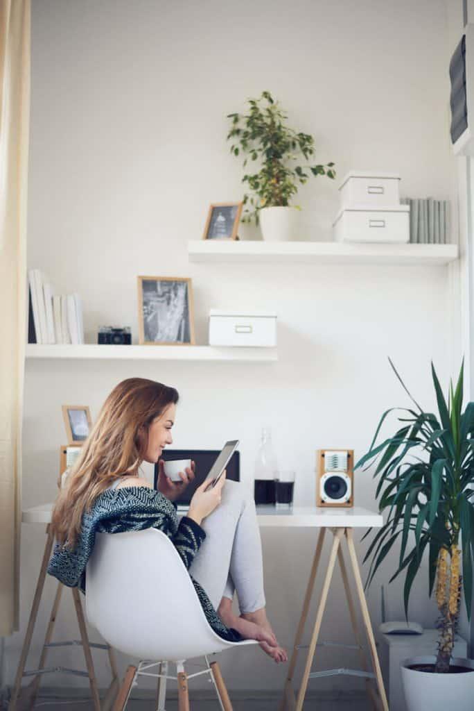 use vertical space in a teen girl bedroom